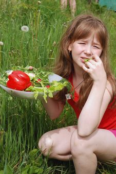 Free Portrait Of The Girl  With Vegetables Royalty Free Stock Photography - 14724287