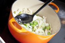 Free Onion In A Stew Pan Royalty Free Stock Images - 14726799