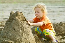 Free Girl Playing With Wet Sand Stock Photos - 14745233