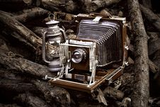 Free Old-fashioned Camera And Lantern Royalty Free Stock Photos - 14746298