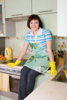 Young Woman Cleaning The Kitchen. Royalty Free Stock Images