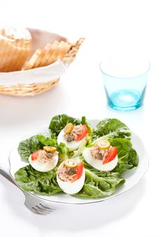 Free Salad Of Letuce Egg Tuna And Olive Royalty Free Stock Images - 14757509