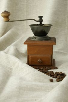 Free Coffee Beans And Coffee Grinder Royalty Free Stock Photography - 14765857
