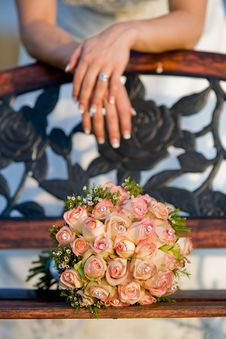 Free Bride With Bench And Bouquet Royalty Free Stock Images - 14784679