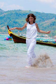 Free Girl Runs Royalty Free Stock Images - 14790569