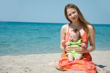 Free Mother And Baby On Beach Royalty Free Stock Photos - 14798878