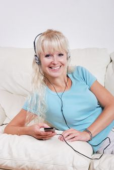 Free Blond Woman Listening To Her Player Royalty Free Stock Photos - 14853098