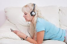 Free Blond Woman Listening To Her Player Stock Photography - 14853122