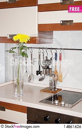 Free Vase With Yellow Chrysanthemums On Kitchen Royalty Free Stock Image - 14861626