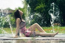 Free Girl In The Fountain Royalty Free Stock Images - 14863619