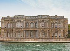 Free Large Palace On A River Royalty Free Stock Images - 14871269