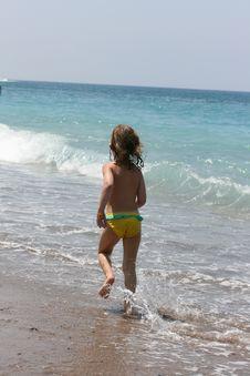 Free Child Runs On Coast The Sea Stock Photo - 14881430
