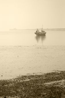 Free Misty Weather And One Boat Waiting Royalty Free Stock Photography - 14917927