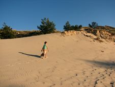 Free Lonely Girl Trekking In The Dunes Royalty Free Stock Images - 14918529