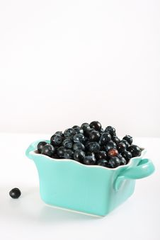 Free Fresh Blueberries In Blue Bowl Vertical Stock Images - 14935214