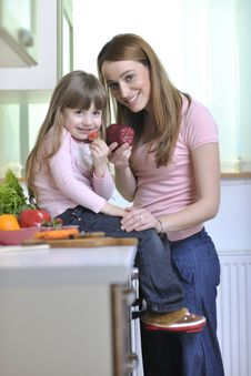 Free Happy Daughter And Mom In Kitchen Stock Image - 14943491