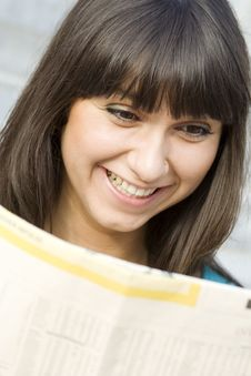 Free Young Woman Reading A Newspaper Stock Photos - 14947913
