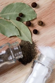 Free Pepper, Salt And Bay Leaves Royalty Free Stock Photos - 14951578