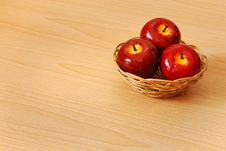 Free Red Apple Basket Royalty Free Stock Photography - 14963167