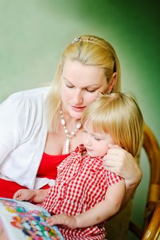 Free Mother And Daughter Reading Royalty Free Stock Image - 14983686