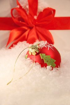Free Red Christmas Ball In The Snow Stock Photo - 1508300