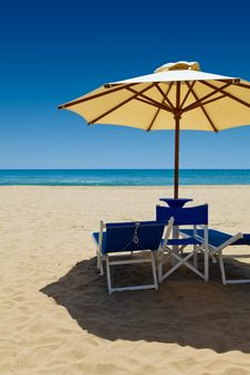 Free Deck Chairs Under An Umbrella Royalty Free Stock Photography - 15003847