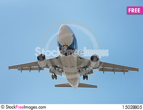 Free Airliner Makes Its Landing Approach Royalty Free Stock Photo - 15028805