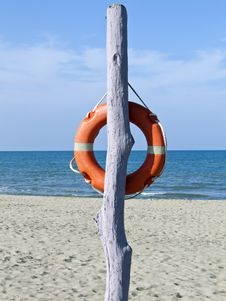 Free Safe Pole With Lifebelt On A Solitary Beach Royalty Free Stock Images - 15036749