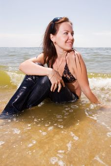 Free Young Chick Sits In Water Splashes At The Beach Royalty Free Stock Images - 15071859
