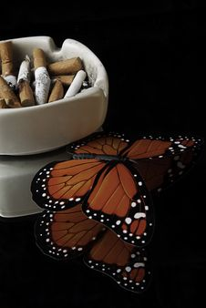 Free Full Ashtray On A Mirror Stock Images - 15076624