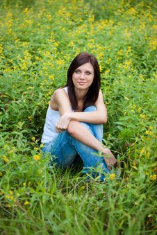 Brunette  Girl In Jeans In The Park Royalty Free Stock Images