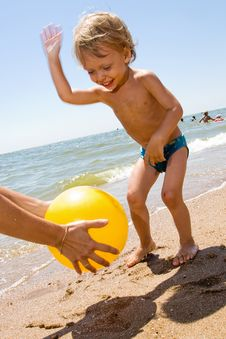 Free Little Boy Plas Ball At The Seaside Stock Image - 15082891