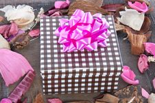 Free Potpourri And A Giftbox Stock Photos - 15089203