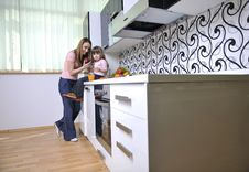 Free Happy Daughter And Mom In Kitchen Royalty Free Stock Images - 15099119