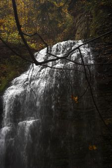 Free Waterfall In Autumn Royalty Free Stock Photography - 1513067