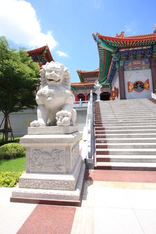 Free The Lion And Big Chinese Temple Stock Photography - 15101742
