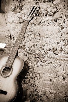 Free Guitar Near Wall Royalty Free Stock Image - 15105886