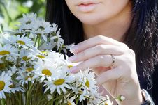 Free A Girl Gets On The Hip The Bouquet Of Camomiles Royalty Free Stock Images - 15107009