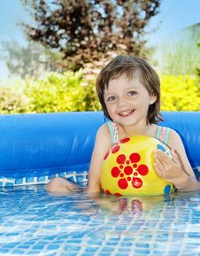 Free Little Girl Bathing Royalty Free Stock Photography - 15115247