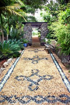 Free Stone Inlaid Garden Path With Edges Royalty Free Stock Photos - 15121408