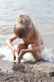 Free The Girl Plays With Stones Stock Photos - 15144283