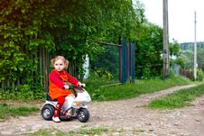 Free Little Girl In The Village Royalty Free Stock Images - 15144829