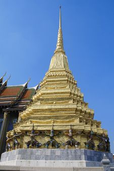 Free Golden Pagoda And Giant Royalty Free Stock Image - 15151786