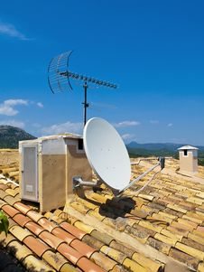 Free Antenna On A Tile Roof Royalty Free Stock Images - 15155449