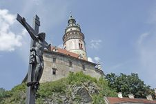 Free Crucifix And A Chateau Tower In Cesky Krumlov Stock Photography - 15156962