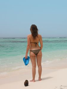 Free Woman Holding Blue Flops Royalty Free Stock Photography - 15208267