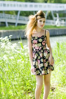 Free Teenager Girl Model Presenting Clothes In The Park Royalty Free Stock Images - 15210889