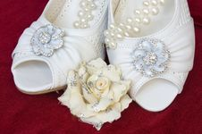 Free Beautiful Wedding Shoes With Pearls And Flower Royalty Free Stock Image - 15215816