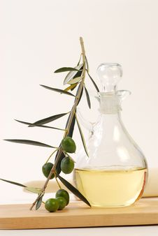 Free Olive Oil Bottle Royalty Free Stock Photography - 15258497