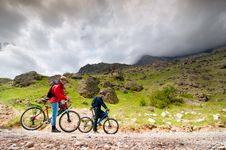 Free Two Cyclists Royalty Free Stock Photography - 15264907
